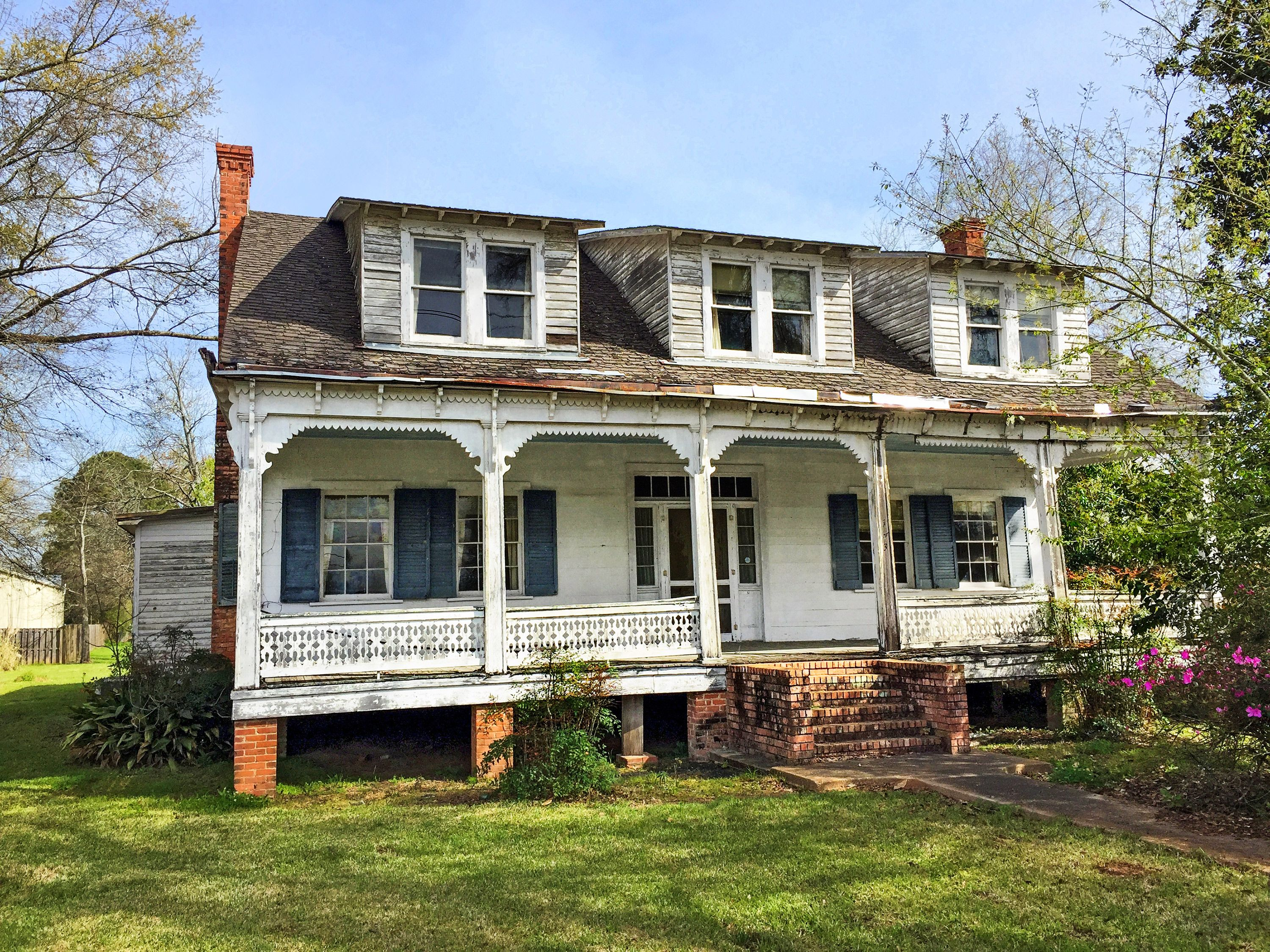 The 3 576 Square Foot Home Holds Five Bedrooms And Three Baths Outside It Is Wrapped With Original Cypress Clapboards Old Houses Farmhouse Exterior Cottage