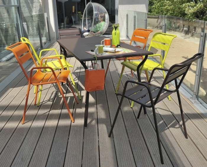 Chaise contemporaine empilable avec accoudoirs en métal