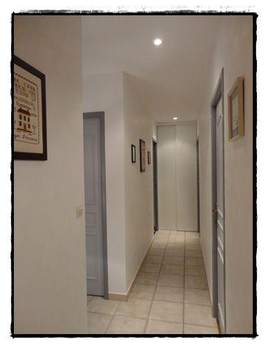 mur blanc et portes deux tons de gris id es renovation