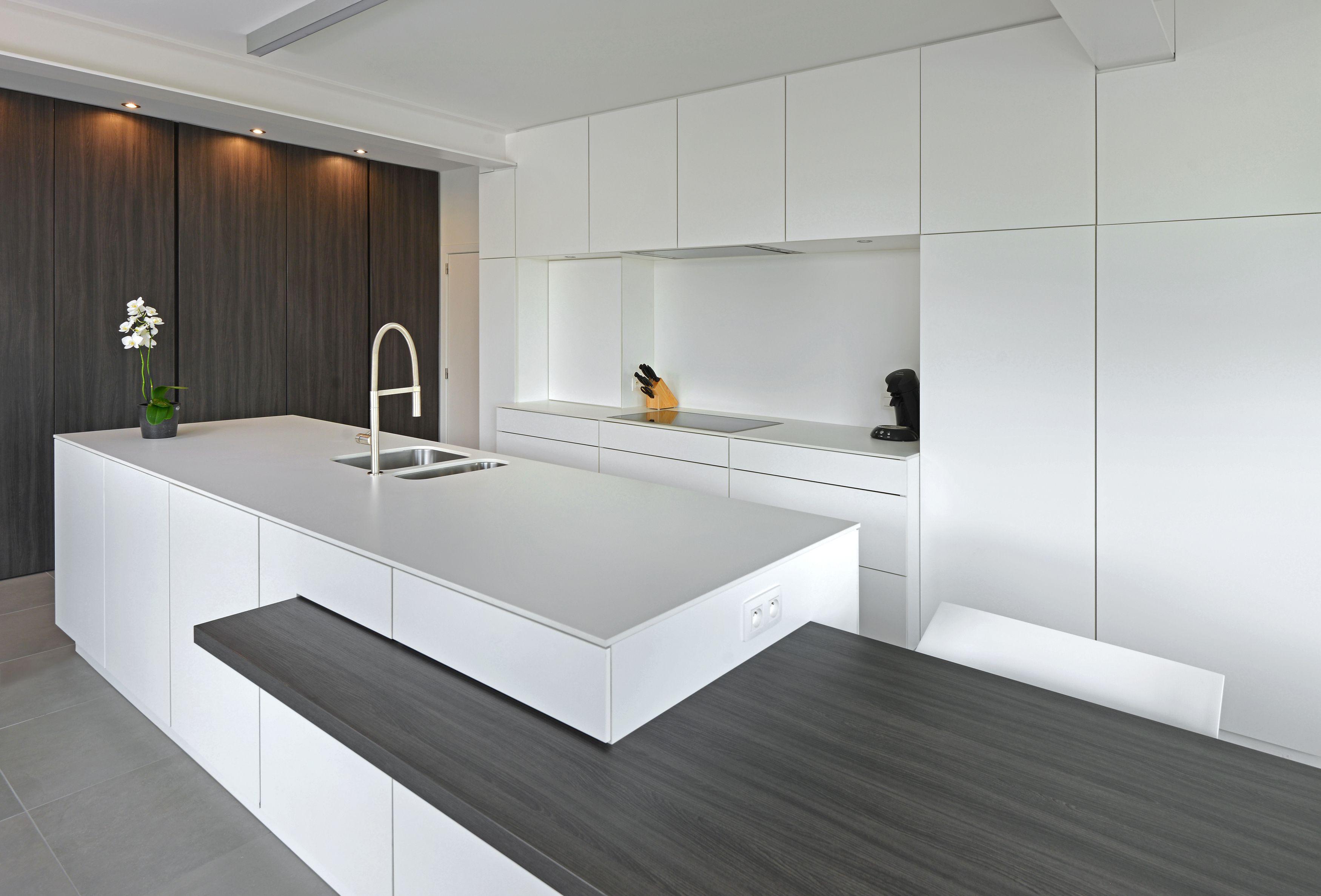 Witte keuken modern met combinatie keramische tegels en parket ...