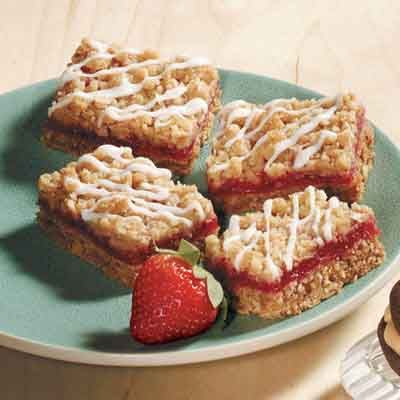 This strawberry rhubarb bar combines the pie flavors of strawberries and rhubarb perfectly in an oatmeal crust.