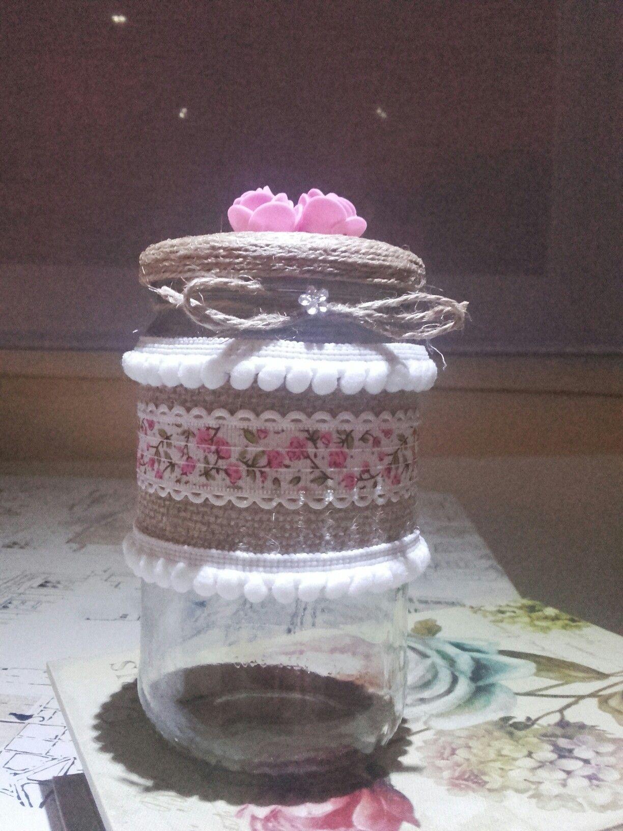 Bote de cristal decorado,este lo he reciclado para guardar algodon,aunque para cualquier otro almacenaje o florero genial,he usado tela,puntillas y cuerda.