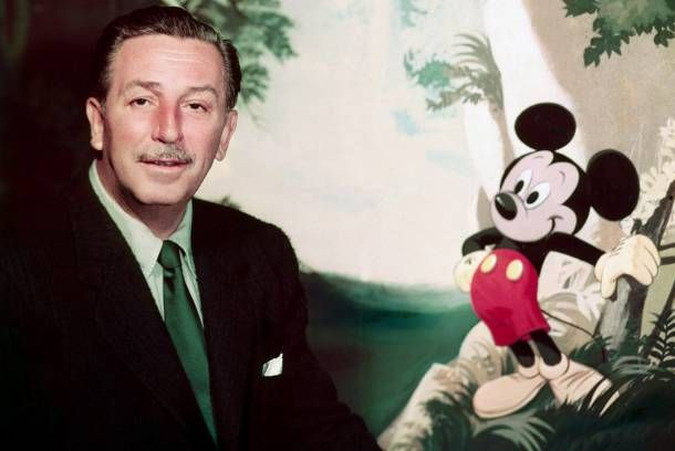 Le producteur americain Walt Disney (1901-1966)avec la peluche de Mickey Mouse vers 1948 --- American producer Walt Disney (1901-1966) with Mickey Mouse stuffed animal c. 1948