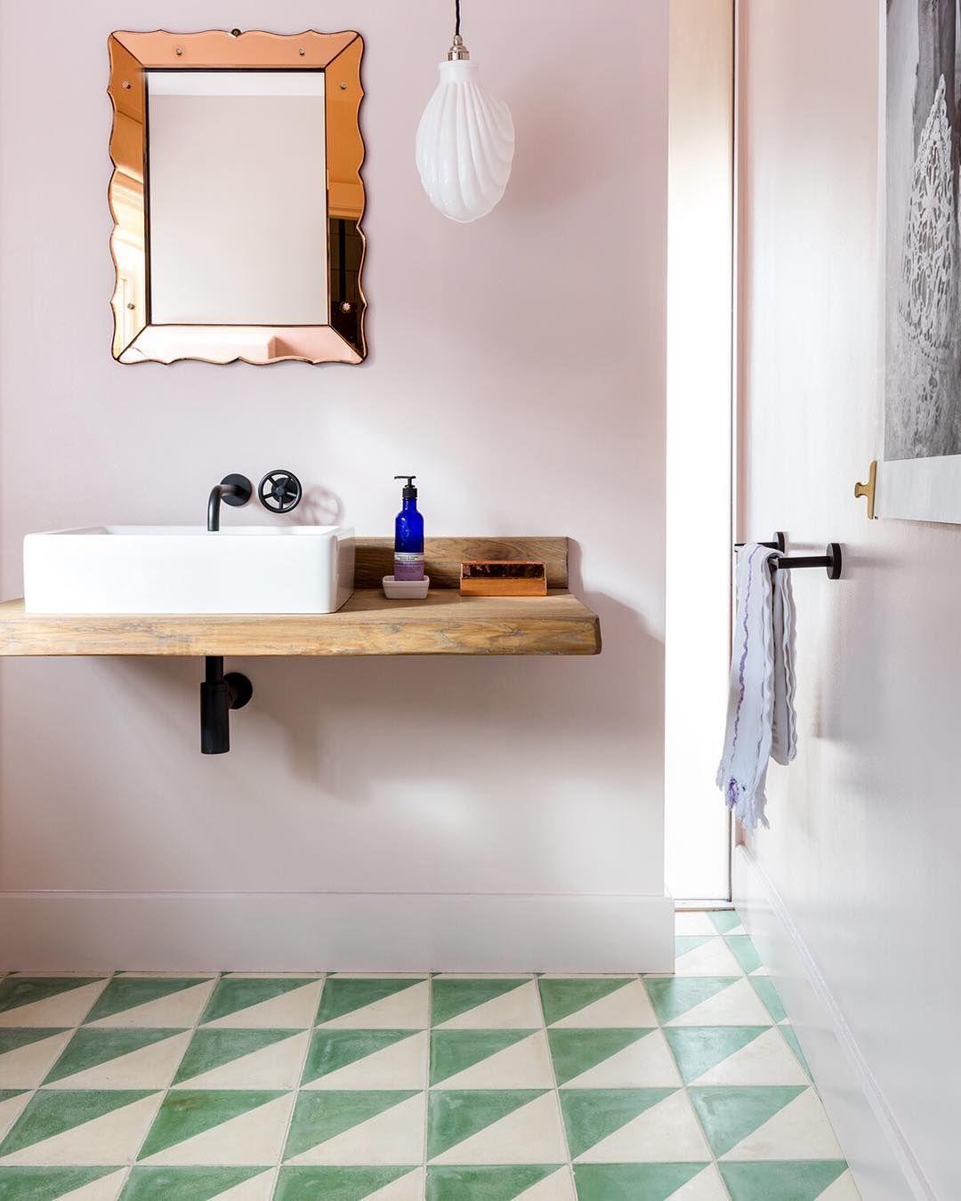Une salle de bain mur rose, miroir vintage rose gold et ...