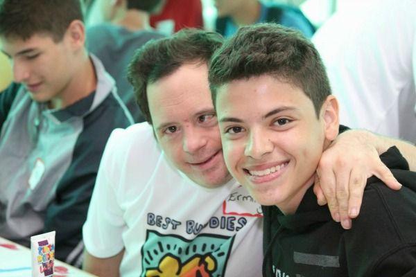 Foto de dos jóvenes amigos