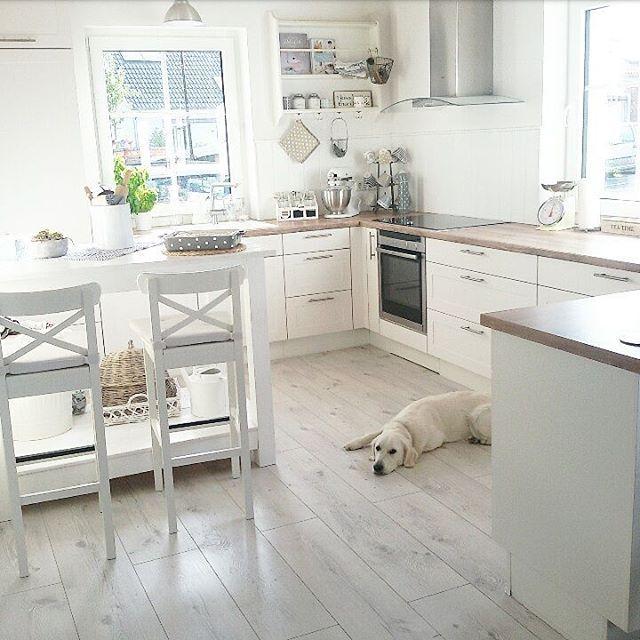 Guten Moooorgen ihr Lieeeben❤, ich wünsche euch einen schönen und gemütlichen Sonntag.  Wir machen es jetzt auch so...😄. Die Männer kommen gerade mit den Brötchen zur Tür herrein😋. Habt es fein heute😘😘😘. #schwedenhaus #küche #nobilia #ikea #sonntagmorgen #germaninteriorbloggers