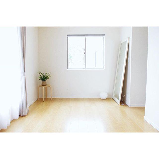 """Instagram media by eharamegumi - 2016.4.25 朝の寝室と昨日の思い出 . この家に引っ越すタイミングでベッドを捨てました。今は布団派。日中はクローゼットに片づけているので、がらーんと空白。何もない所が好きです。 . さて、昨日は前職の友人(私自身は最近、退職。みんなはとっくの前に辞めている)が遊びに来てくれました。年下ばかりだけど、おもしろくて、個性的で、素敵な人たち。いろんな話をしたけれど、簡単に言うと、""""悩める30代、次の一歩""""。みんな一生懸命生きているなあ。考え、もがいてるなあ。愛おしいなあ。 おかげで自分の考えが整理できたよ…♡ . 話は真剣でも、会自体はゲラゲラ笑いっぱなし。今日は朝から思い出し笑いをし、夫に気持ち悪がられたほどの、楽しい時間でした . #寝室 #ベッドルーム #なんにもない #布団派 #朝 #朝時間 #寝室インテリア #持たない暮らし #ミニマリスト #シンプル #シンプルな暮らし #シンプルライフ #シンプルインテリア #余白 #空白 #断捨離 #暮らし #暮らしを楽しむ #simple #simp..."""