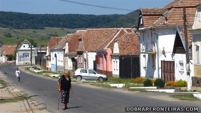 Estrada de uma aldeia da Transilvânia, enquanto esperava por boleia