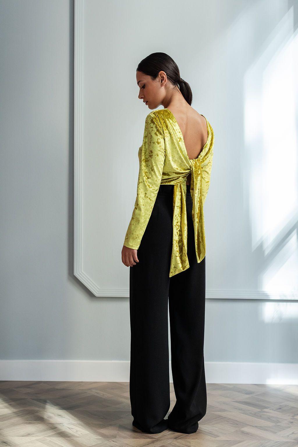 79ba9a119 Blusa de terciopelo de manga larga de color mostaza con escote y lazada en  la espalda