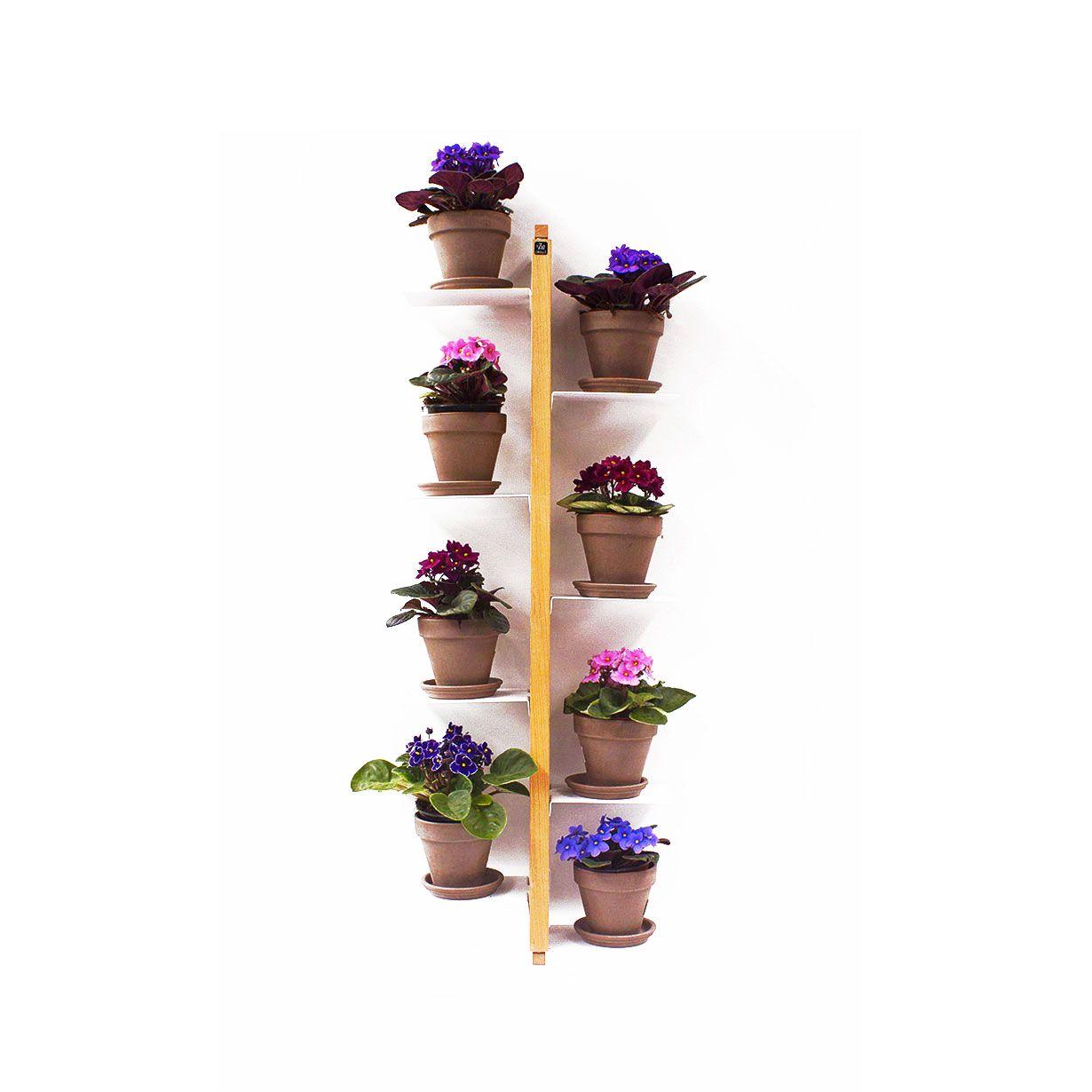 Zia Flora e' un porta vasi verticale che puo' essere fissato sospeso a parete. Le mensole sono alternate sulle due facce del sostegno e intercalate ad altezze variabili di 15cm. Struttura, basamento e testata sono in massello di faggio naturale o tinto nero. Le mensole sono in acciaio verniciato con polveri epossidiche di colore bianco. Sia la ceratura per i modelli in faggio naturale che la ceratura e la tinta per i modelli in nero impiegano solo prodotti all'acqua, naturali e privi di…