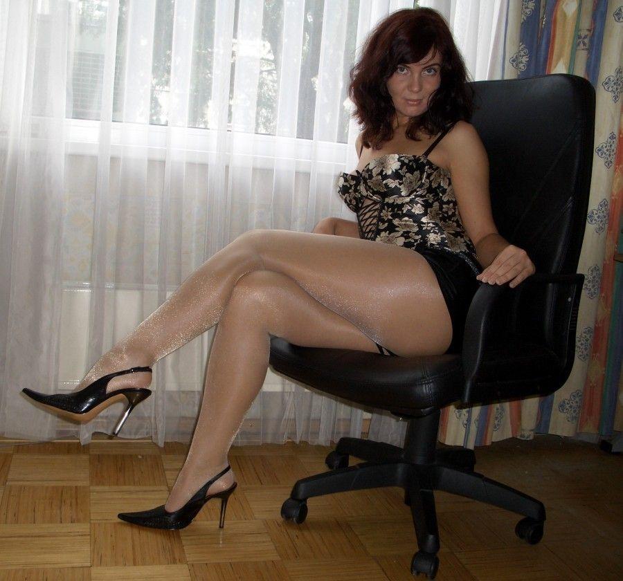 MILF in Nude Sheer Strumpfhose und Kleid