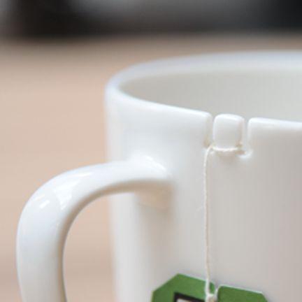 Mais que original, chega de perder o sache de chá na caneca
