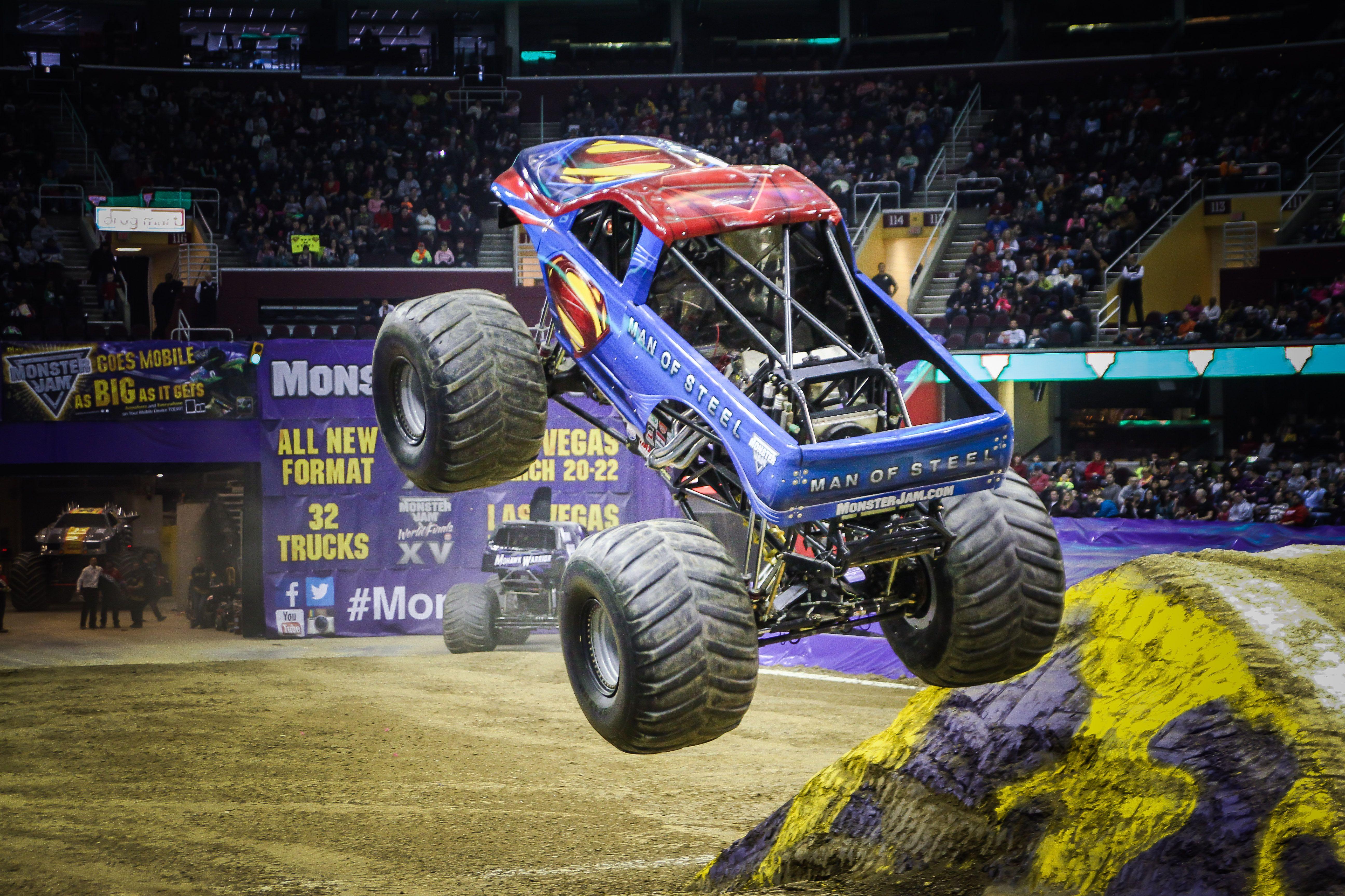 F£s de Monster Trucks podem ver apresenta§µes ao vivo