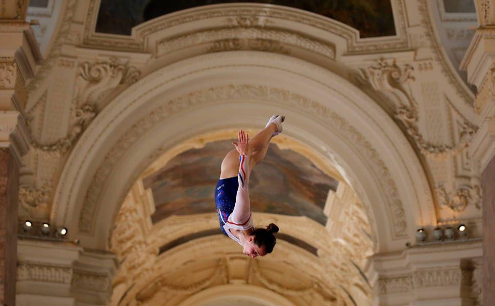 Ginasta se apresenta no Petit Palais, em evento que promove a candidatura da cidade à Olimpíada de 2024