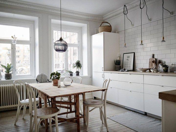 Cocina nórdica con baldosa metro y encimera de madera Interiors