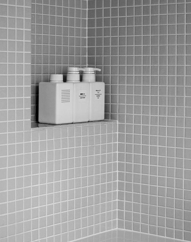 The Muji Bath Radio Borrowed The Form Of The Muji Refillable Shampoo Bottle Which Was Introduce Badezimmer Fliesen Badezimmer Dekor Badezimmerideen