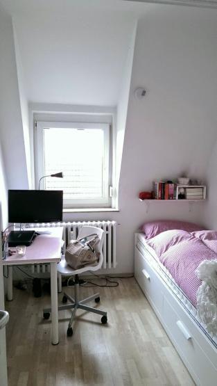 einrichtungsidee f r kleine wg zimmer gem tliches bett schreibtisch in der n he des fensters. Black Bedroom Furniture Sets. Home Design Ideas