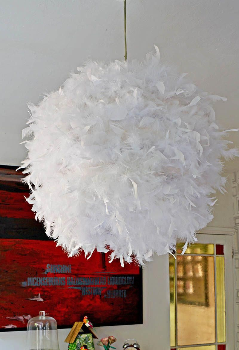 Make Your Own Gorgeous Diy Feather Lampshade This Simple Ikea Hack Will Add A Touch Of Glamour To Any Room Decoracao Objetos De Decoracao Decoracao De Quarto