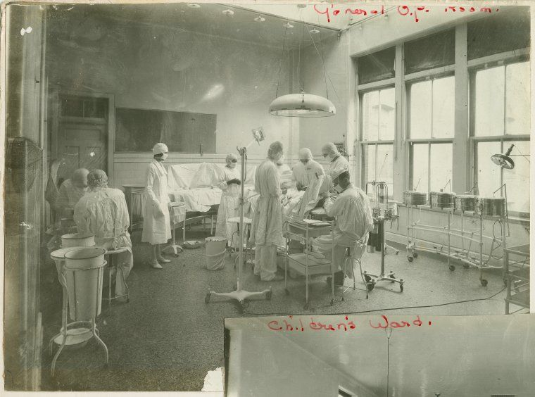1920, NYPL, There are doctors in an operating room