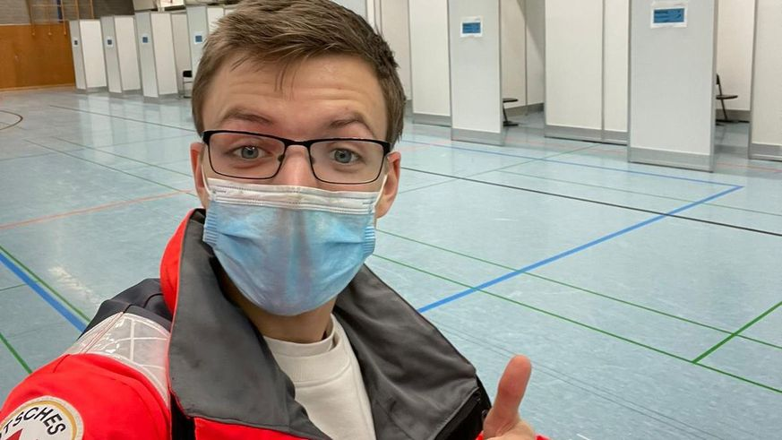 Junger Impfhelfer Der Impfstoff Ist Der Erste Lichtblick Seit Langem Deutsches Rotes Kreuz Religionsfreiheit Katastrophen