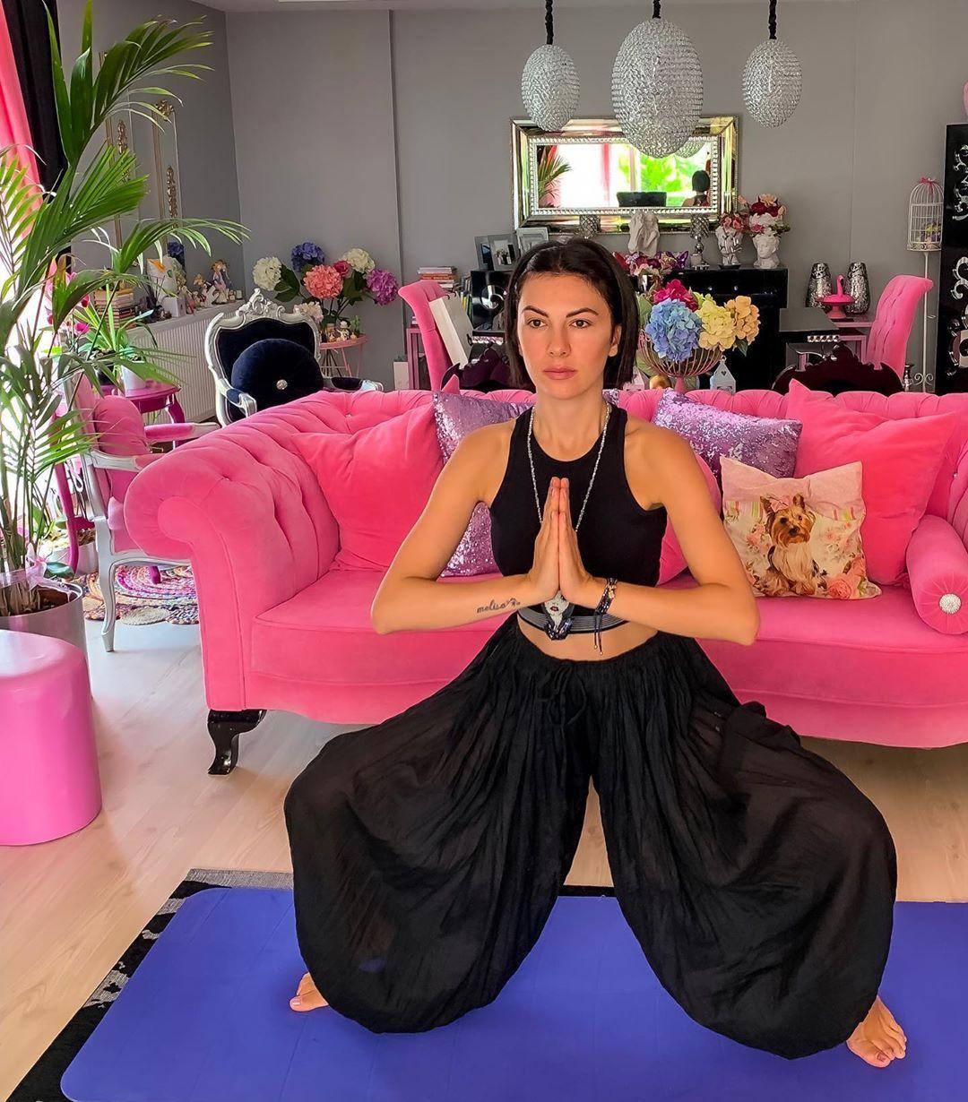 Şüphesiz ki,bu poz da gerçekten Tanriça gibi hissediyosunuz...👸🏻🤩🥰😜✨💫 @m.e.l.i.s.u.n_yoga . . . Utka...