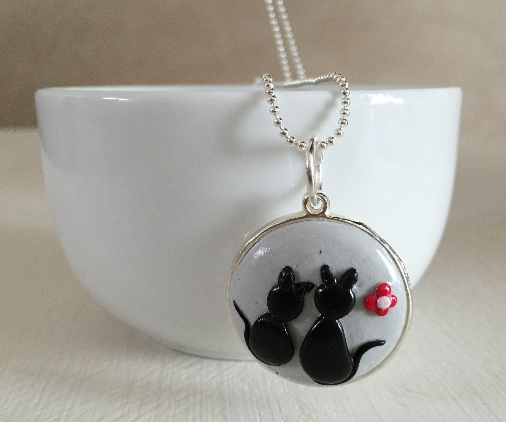 collier m daillon petits chats noirs en argile polym re collier par floralice bijoux. Black Bedroom Furniture Sets. Home Design Ideas