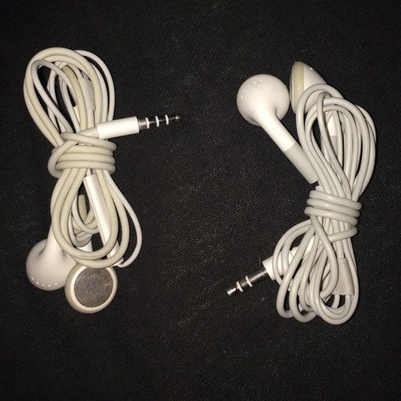 2 Apple headphones great for college two Apple headphones in perfect condition  **all my prices are negotiable! please comment and talk to me if your interested! I'll even do bundle discounts** apple Other