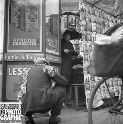 008 Parisian newsstand, 1931. (Photo credit François Kollar