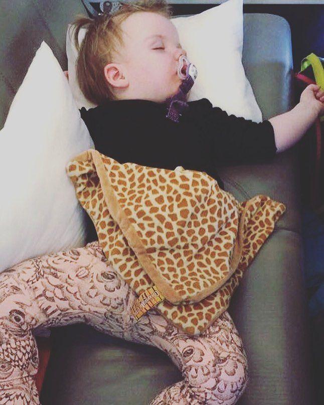 madebysibel Se nu lige et sødt kundebillede!  Lille Nethe får sig lige en dejlig lur i flyet - sutten er sikret med @madebysibel suttesnoren ( @twinmammi) hækletranke #flagranke #hækletflagranke #pige #pigeværelse #barsel #barselsgave #babyshower #luksusbaby #madebysibel #barnedåbsgave #babypige #babygirl #babyboy #babydreng #crochet #børnerum #barselsgaver #instacrochet #børneindretning #hækletsuttesnor #hækletsuttekæde #suttesnor #suttekæde #nøglering #barnevognsophæng #drengeværelse…