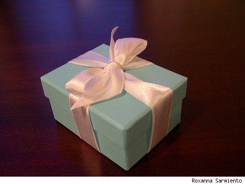 How To Tie A Tiffany Bow A Step By Step Pictorial Aisledash Comment Faire Un Noeud Boites A Cadeaux Nœud En Rubans