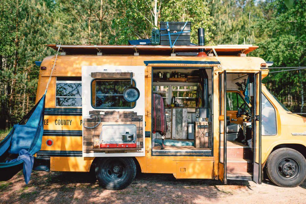 Kunstlerpaar Verwandelt Alten Schulbus In Upcycling Design Minihaus Alter Schulbus Schulbus Minihaus
