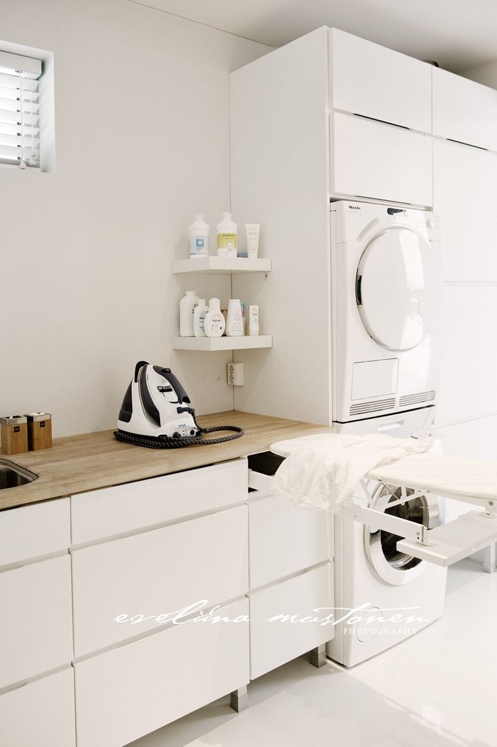 Built-in ironing board in the laundry is a must. We have a large steam iron so need the bench space and power point there.  Tábua de passar embutida, lavadora e marcenaria branca para closet.