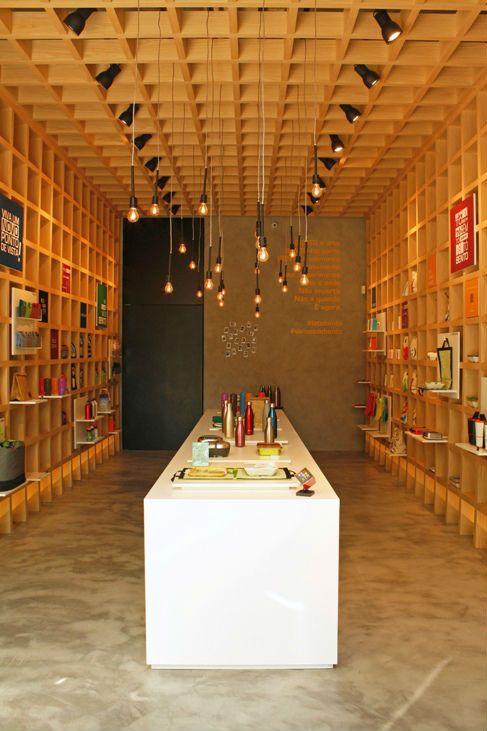 O programa explora a versatilidade dos painéis de madeira, criando um grid com o material