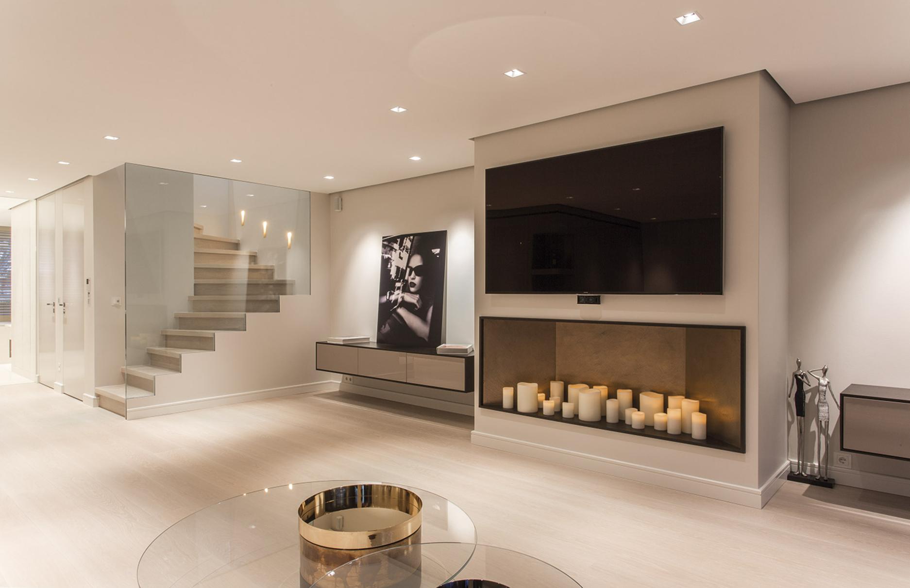 Außergewöhnlich Einrichtung Wohnzimmer TV An Wand Mit Kerzen Im Regal