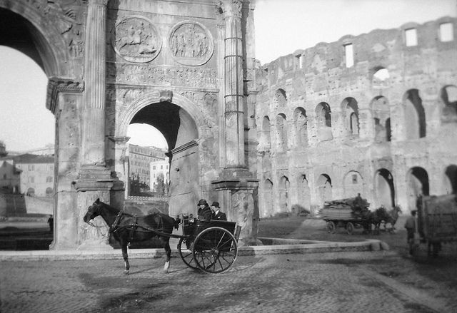Horse carriages at the Arch of Constantine  and Colosseum  in Rome.  Date: 24.12.1920 Photograph by: Berit Wallenberg