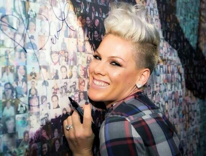 P!nk. Signing. Her. Pic. Board. ;-$
