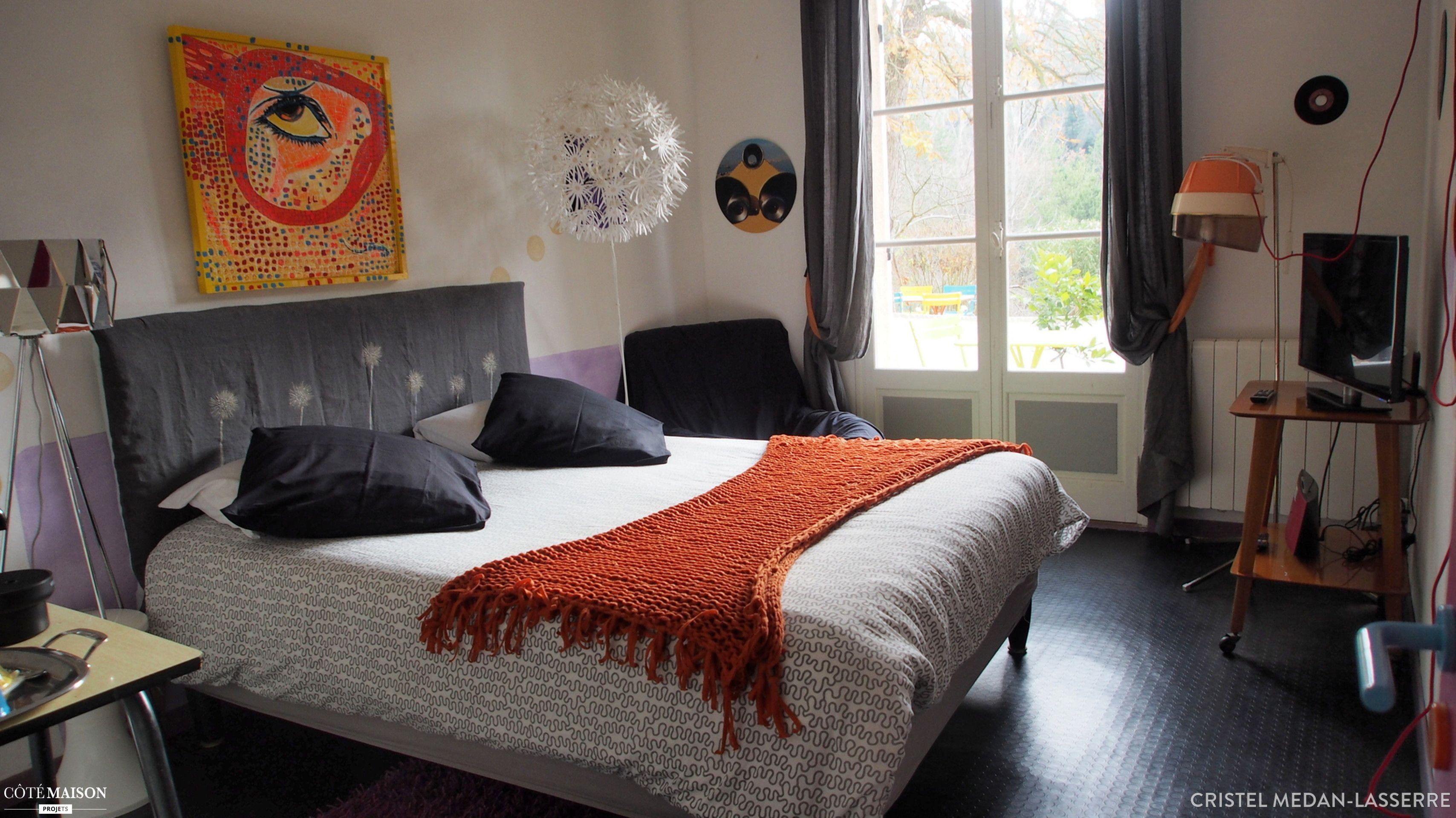 La Déco De Cette Chambre Nous Invite à La Rêverie, La Literie Blanche Et  Orange Su0027accorde Parfaitement Au Reste De La Piéce