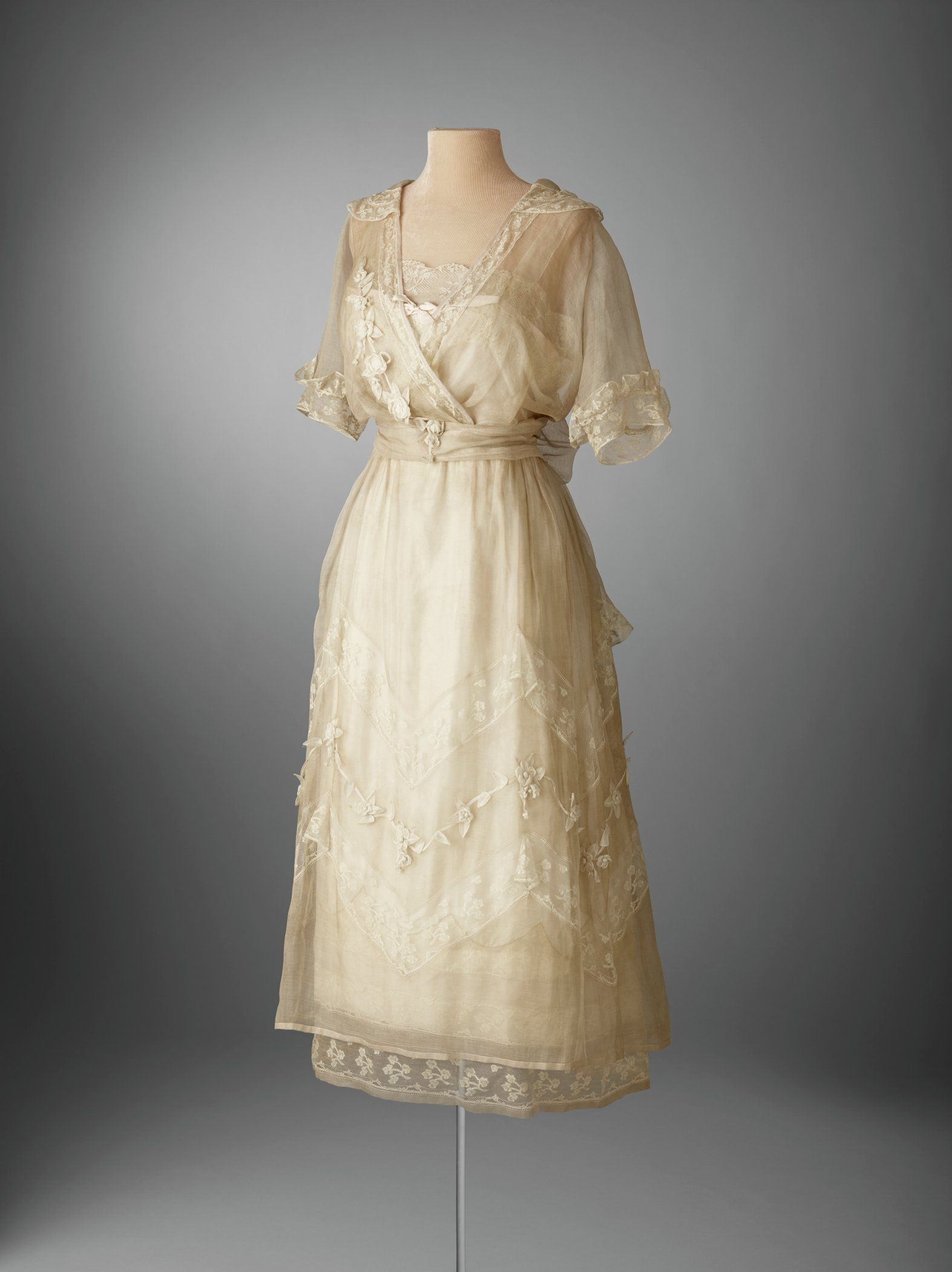 1920 lace dress    Mrs Post wore this dress for her wedding to EF Hutton on