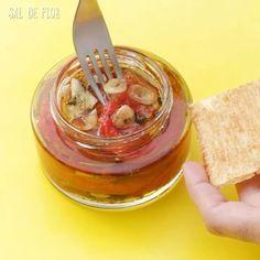 Tomate Seco feito no Micro-ondas . INGREDIENTES - 5 tomates maduros, mas firmes - 1/2 colher de sopa de sal - 1/4 de xícara de açúcar - 4 dentes de alho cortado em lâminas - orégano a gosto - 1/2 xícara de azeite . MODO DE FAZER: Corte os tomates ao meio e tire as sementes. (Guarde-as para fazer um molhinho ou algo do tipo). Misture o sal e o açúcar. Passe essa mistura nas metades dos tomates. Ponha os tomates na borda de um prato que possa ir ao micro-ondas, com a polpa virada para cima…