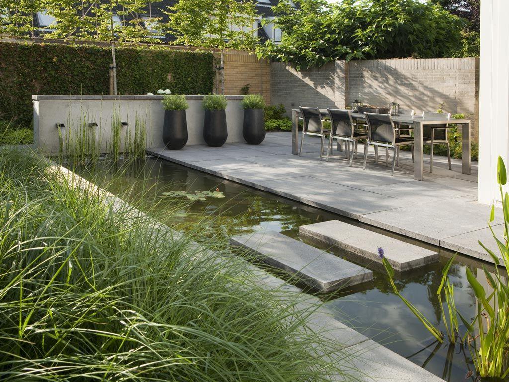 Een strakke tuin met veel groen en vooral witbloeiende planten die ook in de winter - Landscaping modern huis ...