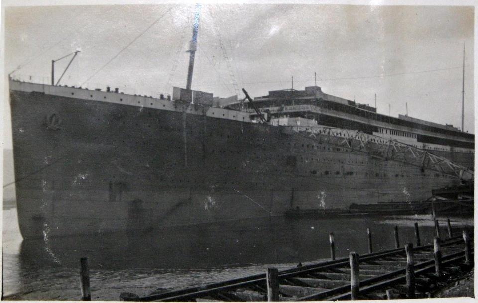 At this point, the original Titanic plans vary somewhat. Original windows on the side are removed and will be replaced by new ones. - V tejto chvíli sa pôvodné plány Titaniku trochu menia. Pôvodné okná na boku sú odstránené a budú nahradené novými.