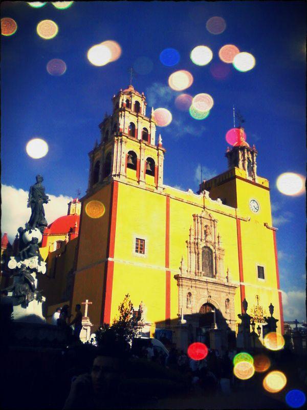 La Catedral de Guanajuato no mira al cielo, mira a los callejones.