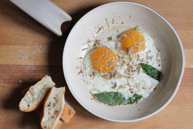 uova al tegamino con tartufo bianchetto - fried egg with bianchetto truffle