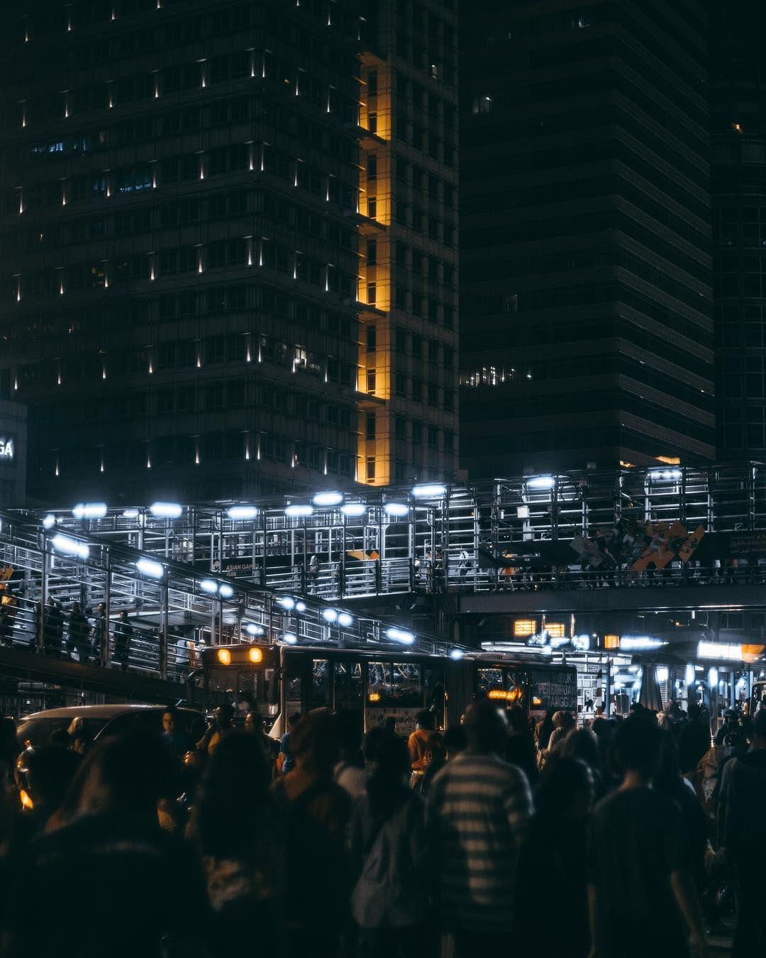 Gambar Mungkin Berisi Satu Orang Atau Lebih Malam Keramaian Gedung Pencakar Langit Dan Luar Ruangan Fotografi Urban Fotografi Jalanan Fotografi