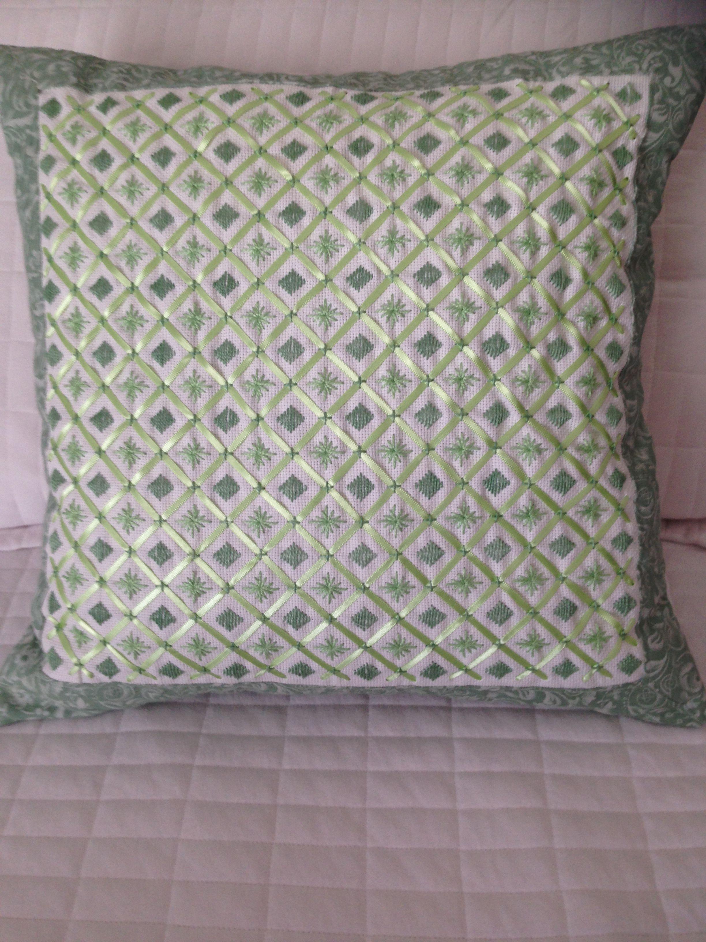 almofada de fita e bordado