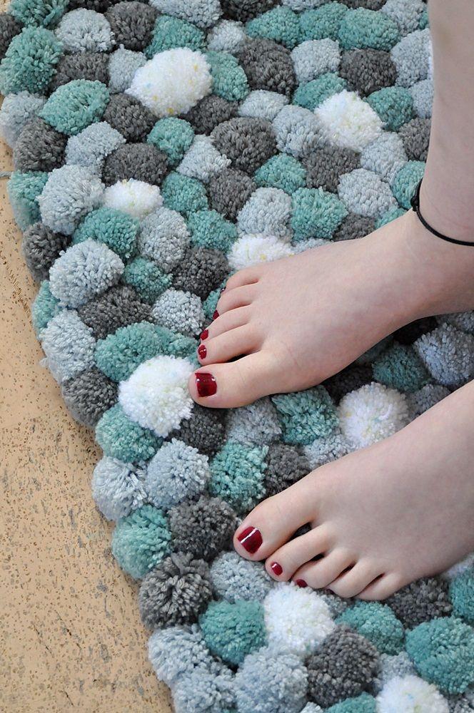 diy flauschteppich aus pompoms einfach selber machen homedekor diy selbstgemachte teppiche. Black Bedroom Furniture Sets. Home Design Ideas