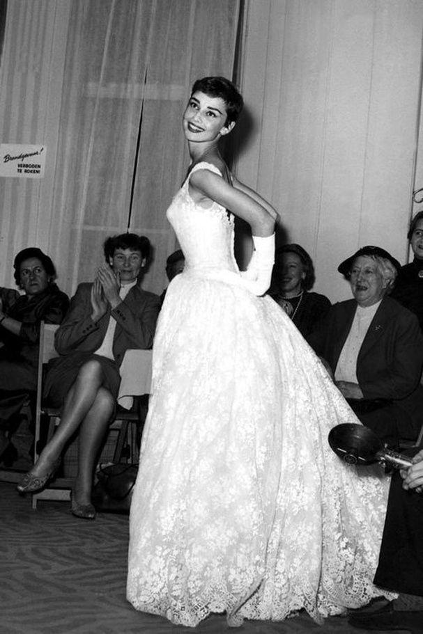 Audrey Hepburn porte une robe de mariée Givenchy