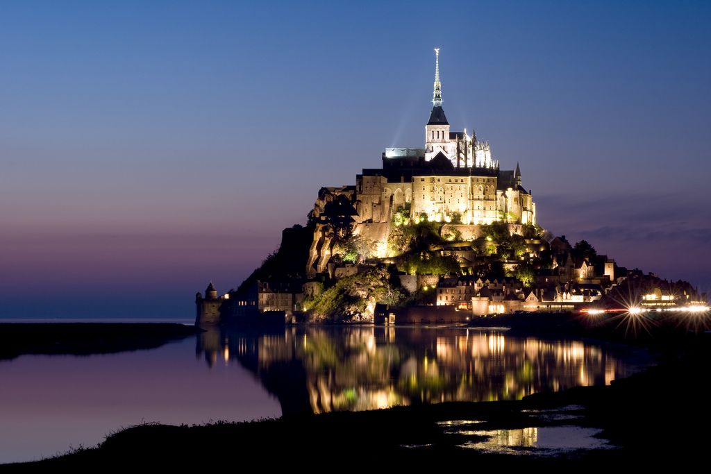 EL MONT SAINT MICHEL  Un islote rocoso en medio de una bahía coronado por la aguja de una iglesia gótica. Es uno de los principales lugares turísticos de Francia y también del mundo.