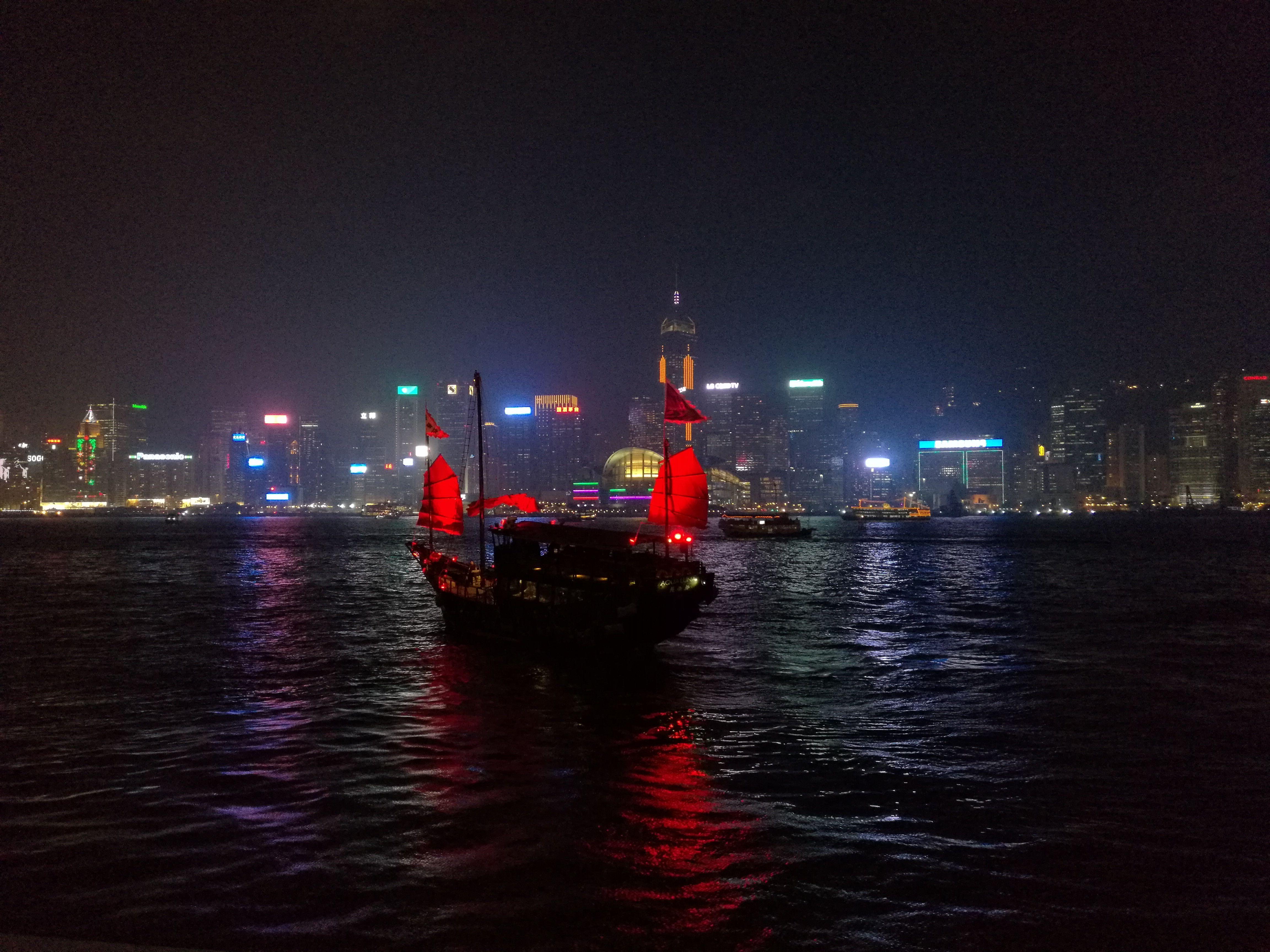 La bahía de Hong Kong por la noche