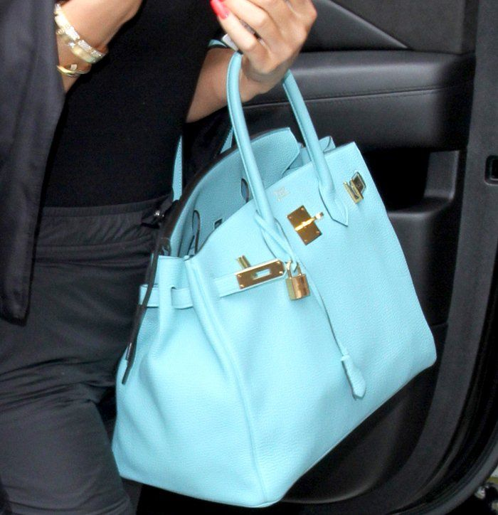 ae2934e81c6 Khloe Kardashian carrying a gorgeous Blue Saint Cyr Hermes Birkin ...